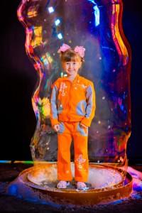 Дети в гигантском мыльном пузыре